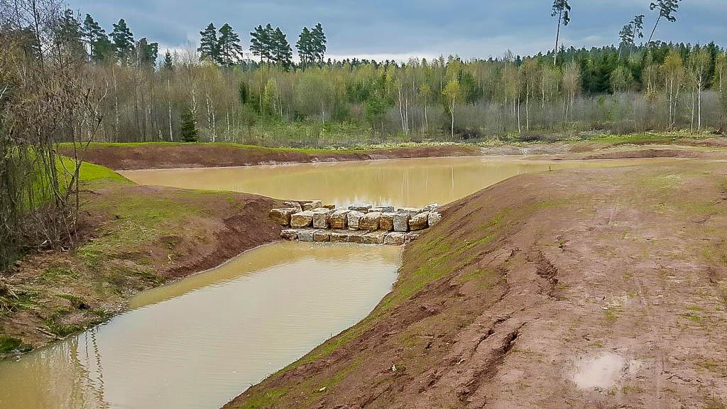 Angelegte Teich-und Wasserläufe für den Garten- und Landschaftsbau