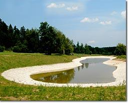 Angelegter Teich auf einem Golfplatz
