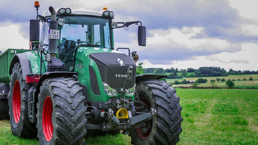Hof Georgenau Hofgut Forst- und Baggerarbeiten Traktor