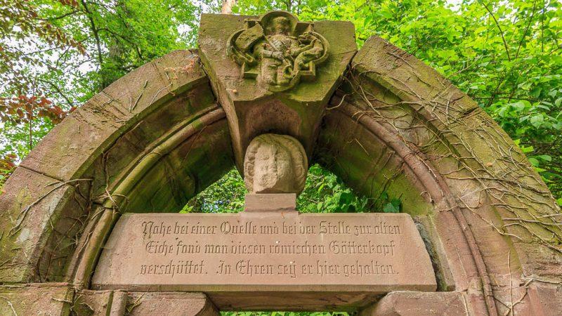 Überreste des Götterkopfportals.