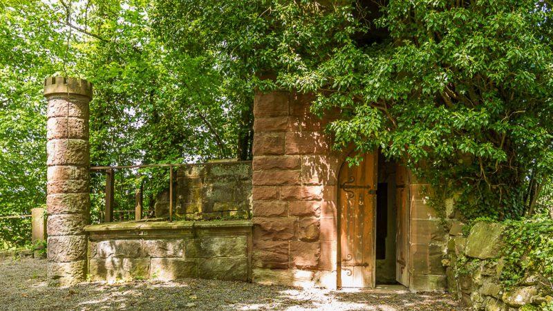 """Der """"Römerturm"""" - ein im römischen Stil nachgebauter Eckturm im Park."""